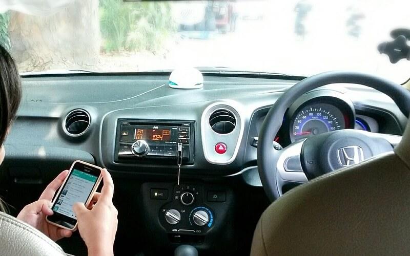 Hindari Bermain Gadget Saat Dalam Perjalanan